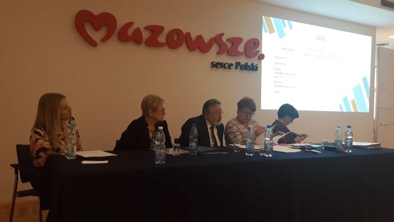 piątka ludzi podczas prezentacji; w tle logotyp mazowsze serce polski
