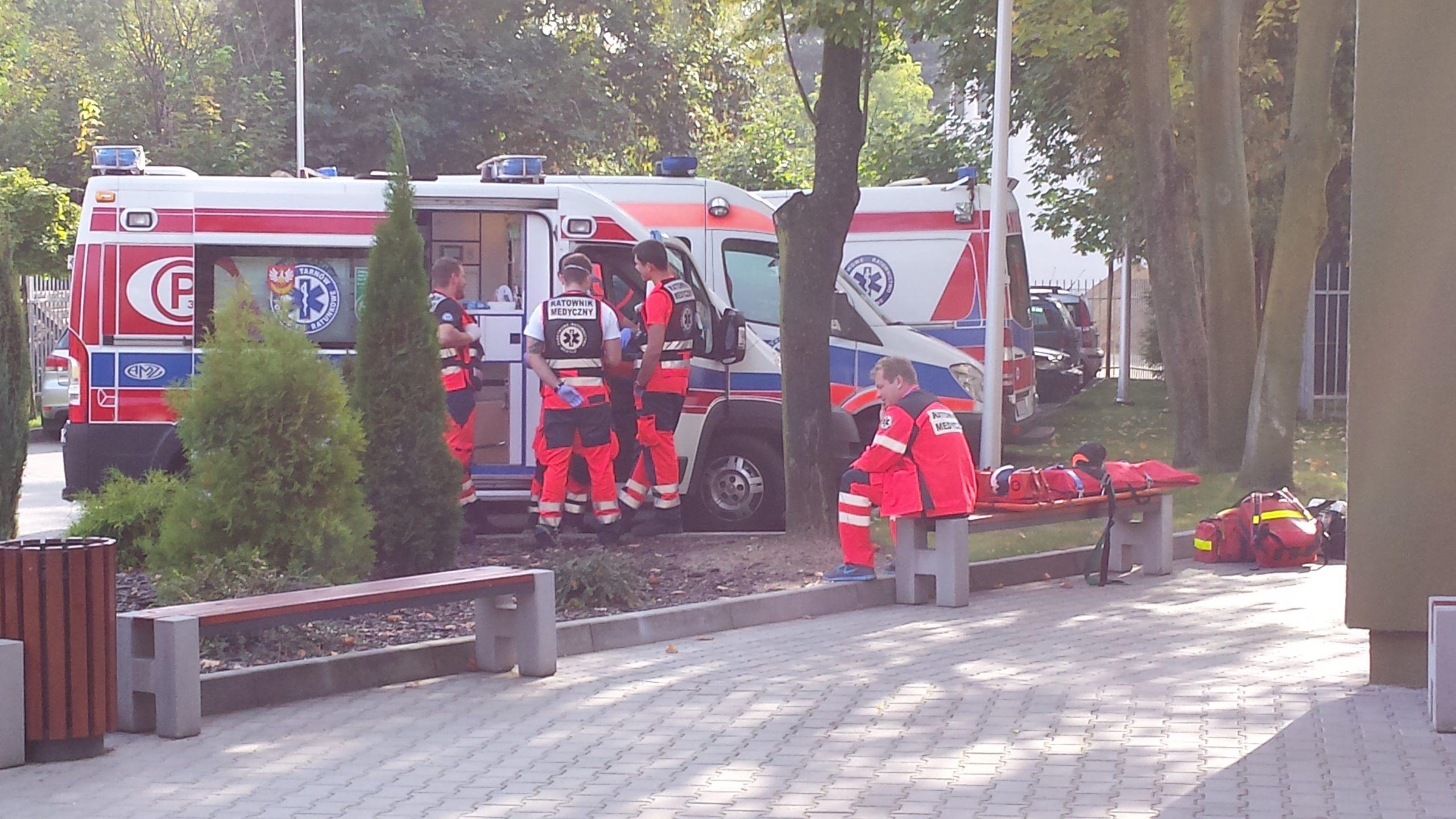 Piątka ratowników medycznych na parkingu MWOMP