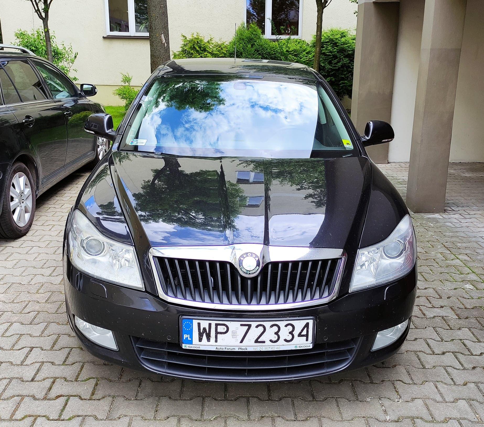 czarny samochód marki skoda octavia