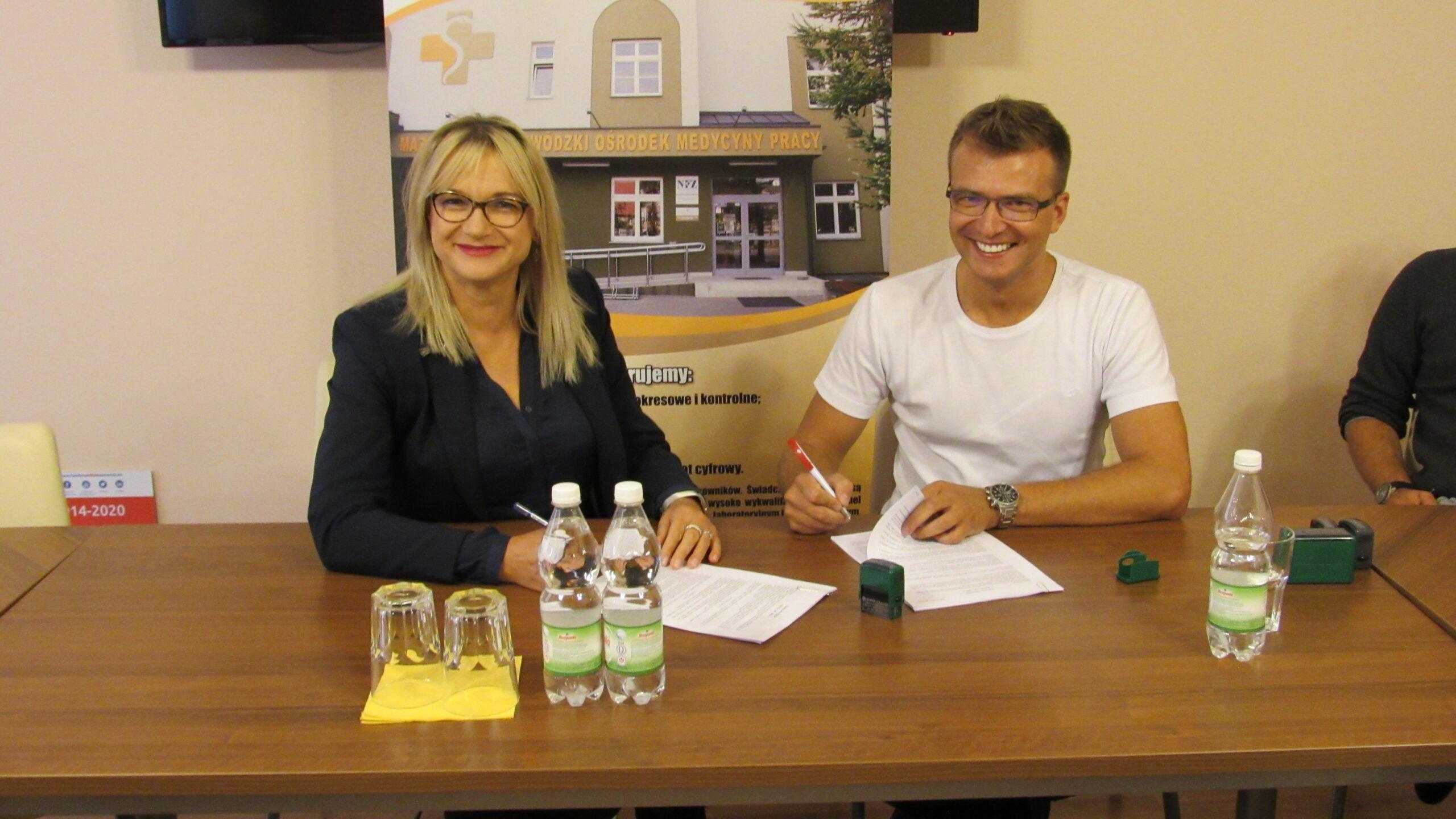 Dyrektor MWOMP podpisująca umowę z wykonawcą inwestycji